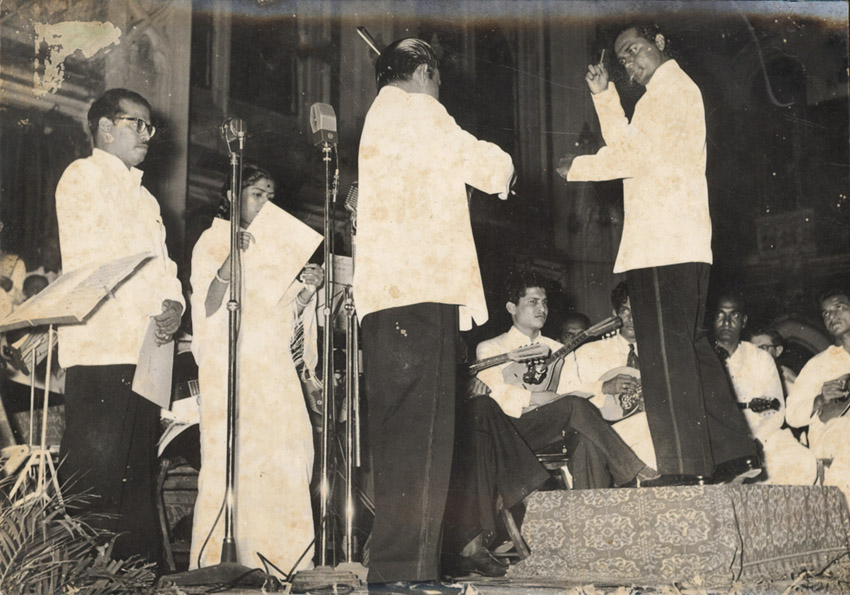 Anthony Gonsalves conducting Lata Mangeshkar and Manna Dey at St. Xavier's Quadrangle in Bombay (1958)